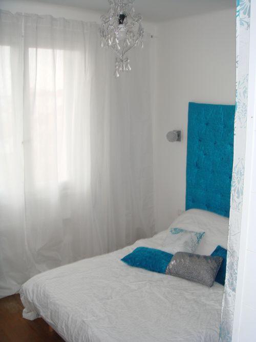 le mur de voilage blanc ton sur ton donne une impression de grande fenêtre et habille délicatement le mur