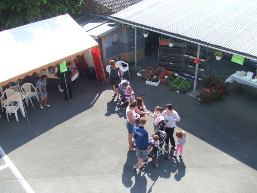 Le bar, le marché aux fleurs et le stand pâtisserie