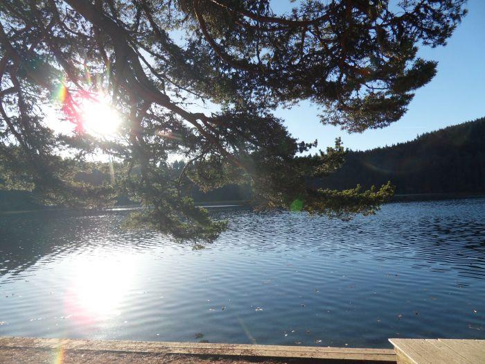 Lac pavin sous le soleil pour une agréable journée VTT