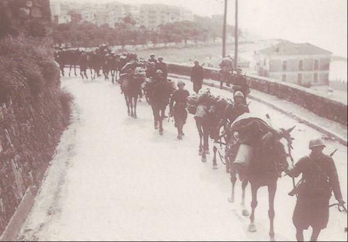 troupes italiennes et mulets sur la route de menton semble t il vers vintimille