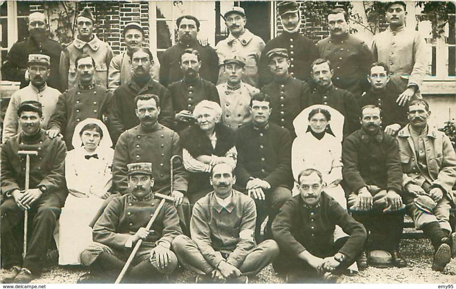 Seignelay Hôpital en 1915 blessés et infirmières.png