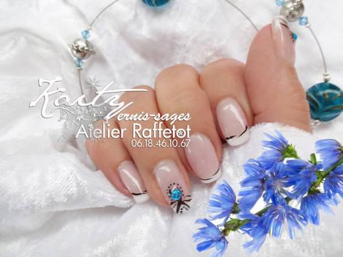 kaity main droite fleur bleue 1 le 17.jpg