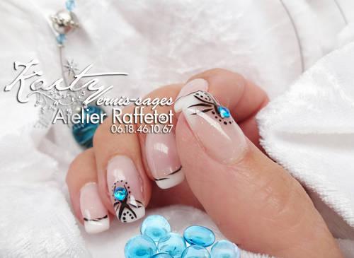 kaity main droite fleur bleue 2 le 17.jpg