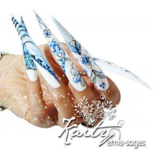 Photo et décorations sur stiletto ( ongles synthétiques géants entièrement peint à main levée)