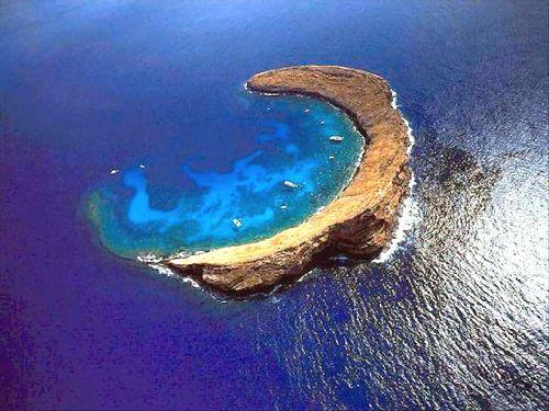 rocher en arc au milieu de l'Ocean