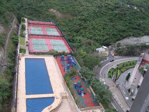 La petite piscine, les jeux et les tennis, c'est pas facile la vie!!!!