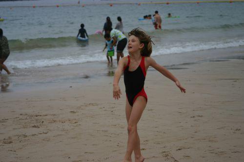 Manon à la plage aprés la balade