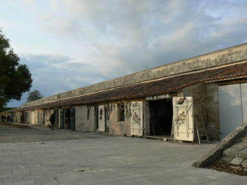 Les écuries de la garnison de Brouage, qui abritent aujourd'hui des boutiques d'artisanat