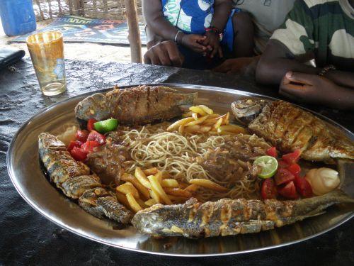 poisson grillé spaguetti,frites chez Comba