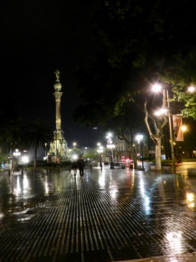 Barcelone, de nuit et sous la pluie