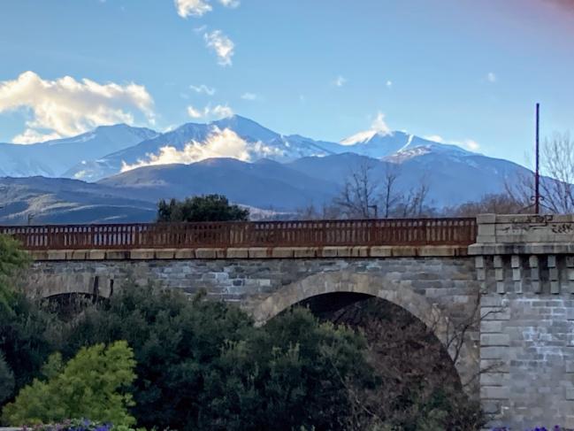 Céret - Pont du chemin de fer avec le Canigou enneigé