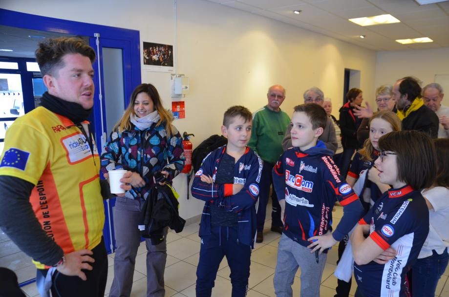 BROGNARD Stephane Metzger accueilli par les jeunes cyclistes Montbe.jpg