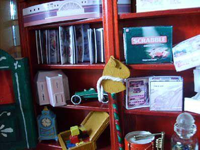les etagères pleines de jouets