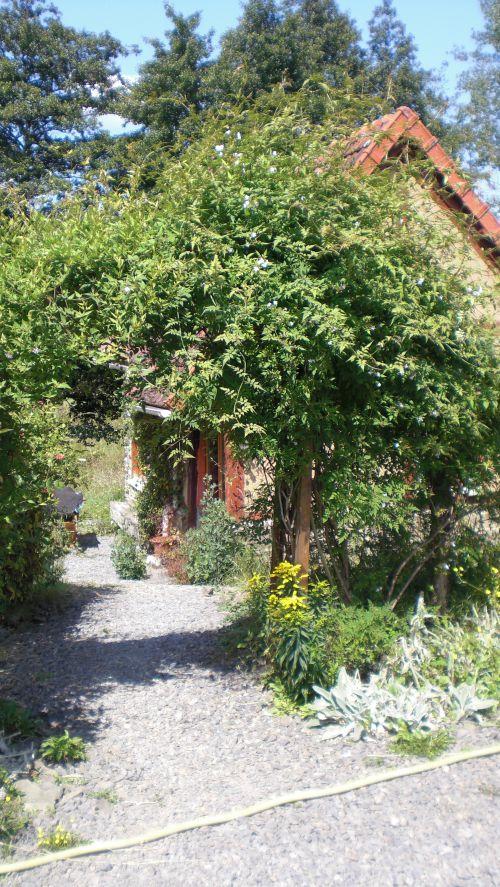 Allée privative sous le dôme de jasmin