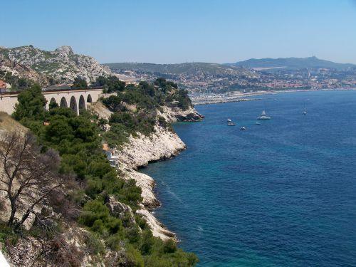 vue depuis les quais en direction de Marseille au fond l'estaque
