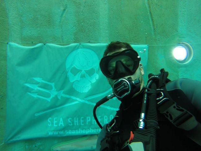 Jean-Pierre devant le drapeau de Sea Shepherd à Monte-Mare