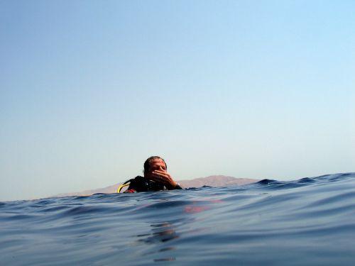 En surface, attente du bateau