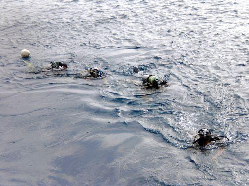 Dans le courant, on rejoint le bateau en se hissant au