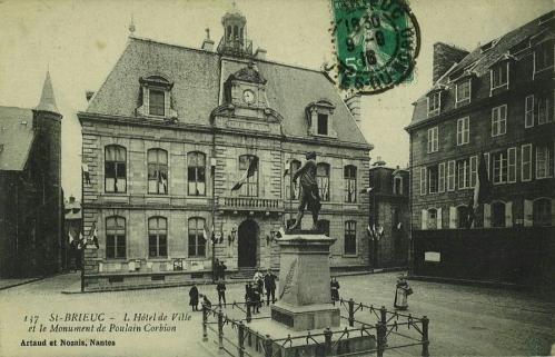 L'Hôtel de Ville et le Monument Poulain-Corbion.jpg
