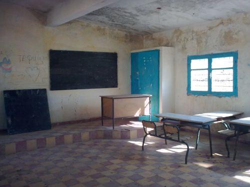 القسم الوحيد ينتظر الأستاذ و التلاميذدون &#15