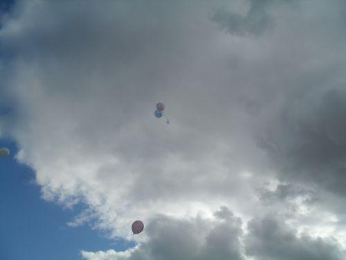 Voilà nos 2 petits ballons rose et bleu qui s'envolent