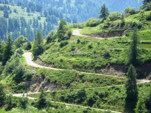 Route qui monte au village