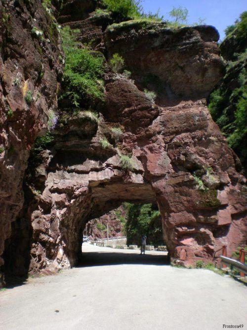 Passage sous la roche