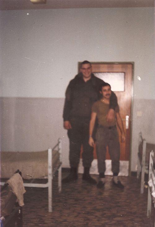 cette photo est géniale, le géant avec moi était un milicien qui était de mémoire dans un Spartan !!!! c'est difficile à imaginer