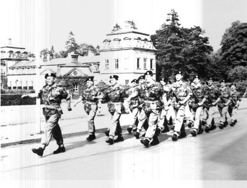 Un Pl du 17 Recce défile fièrement devant le château des Princes de Waldeck à Arolsen.en tête l'Adjt Adam suivi de Mdl Neyns, 1 Mdl Stuyck et Vandy. 1965