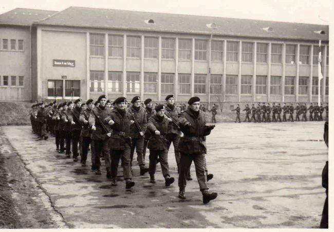Parade dissolution Forces Couv avec en tête, le Col Hr Duroy, le