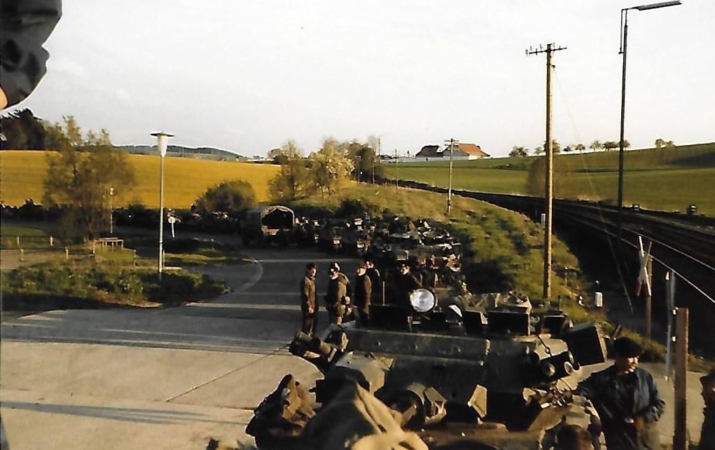 Esc B Chalrec 1986 terminé, on attend pour charger les véhicules sur le train - près de la gare d'Essich-Lichtenau. A l'avant plan, Logis Martinot, l'homme aux lunettes noires SLt Bona