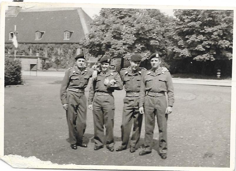 A côté esc B, de droite à g, Albert Grandjean, moi, autres