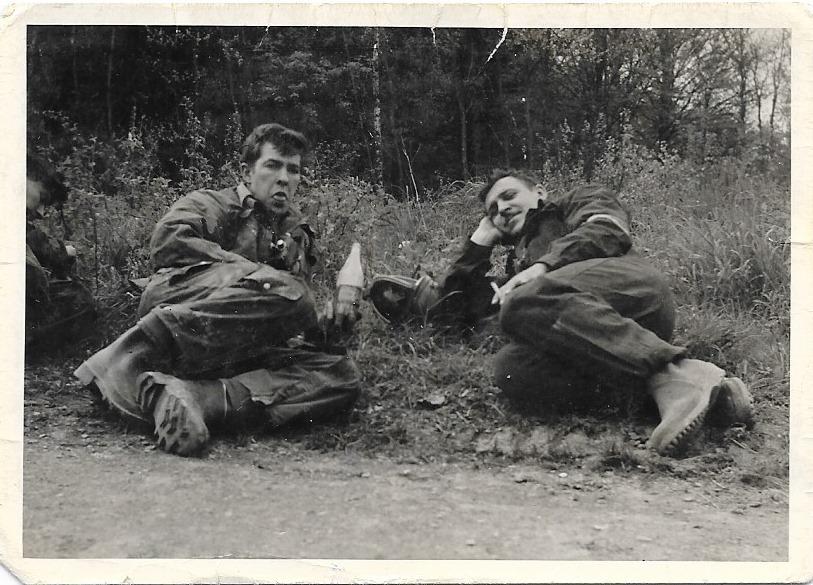 Pose après le tir à la .50 au dessus du lac Vogelang. A droite mdl Casier et moi montrant bien la boisson chocolaté .
