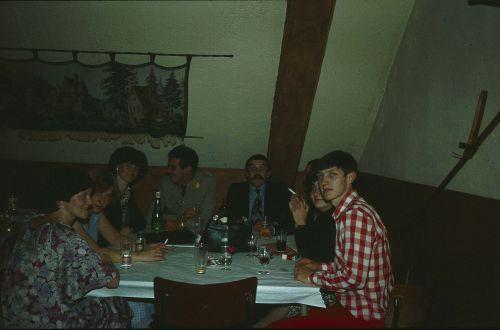Mess  de remplacement sous la mansarde(Drink de cohésion)à gauche les épouses, Jean Parmentier, Yves Doensen, Jean Battard, Maurice Cénier.