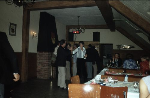 Mess  de remplacement sous la mansarde(Drink de cohésion) Notre Commandant d'Escadron Capt Olyslaeghers et son épouse  dansant le  rock