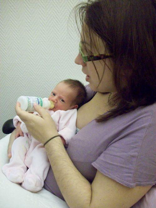 A la maternité, mon premier biberon
