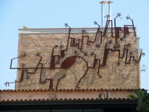 Drôle de structure en haut d'un bâtiment...