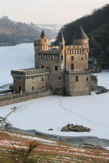 Le Château de la Roche (42) cerné par les glaces