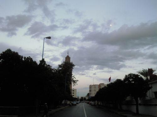 malgré un ciel nuageux , la lune est  apparue.