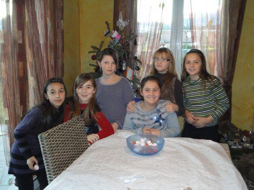 Entourée de ses amies, Morine fête ses 10 ans.