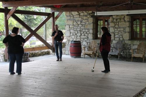 Elodie prépare la piste pour danser.JPG
