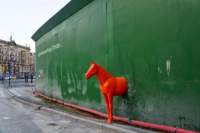 art urbain cheval rouge.JPG