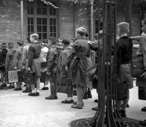 282580_des-eleves-en-blouse-dans-une-ecole-primaire-de-garcons-en-octobre-1949-dans-une-ville-non-identifiee-en-france.jpg