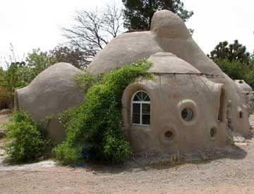 Maison en sacs de terre de 9m9 pour 9 € construite à 9 en 9
