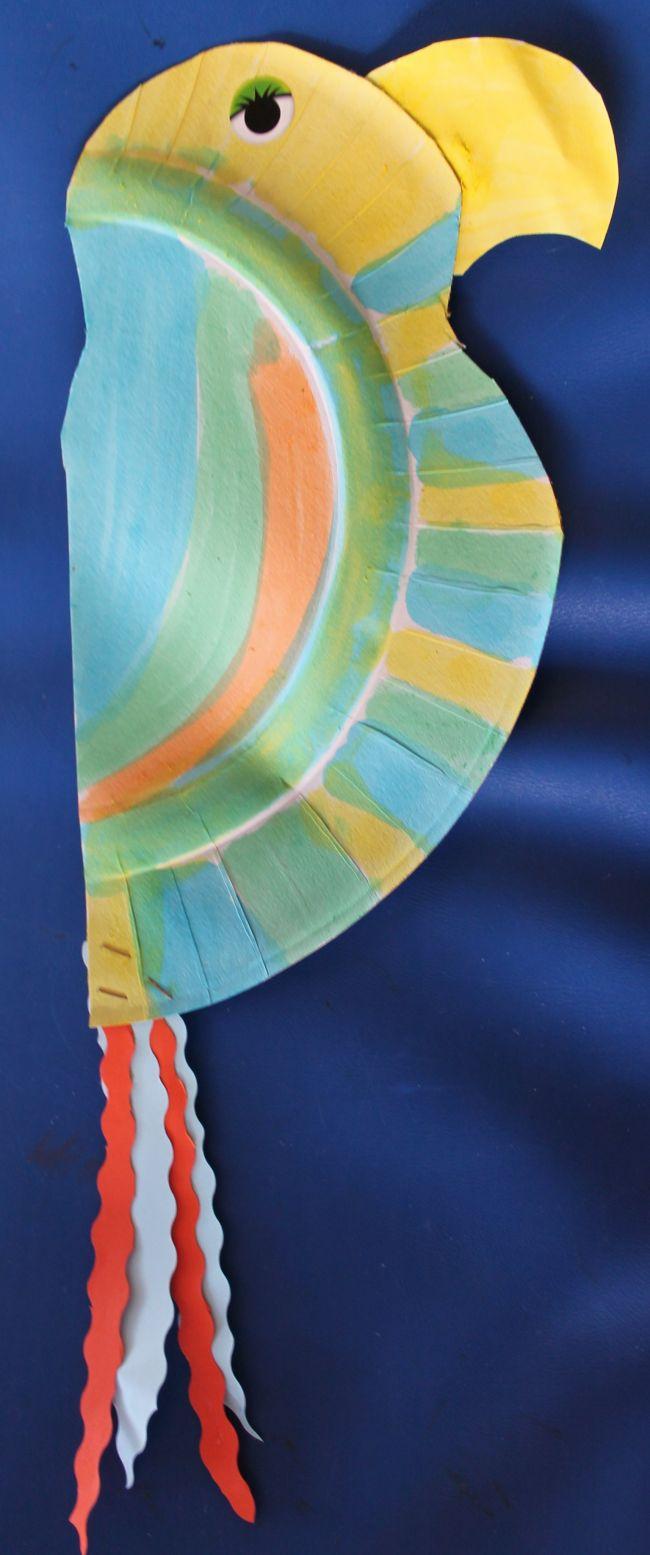 perroquet (avec une 1/2 assiette en carton, un bec peint en jaune et collé, la queue 4 bandes de papier)