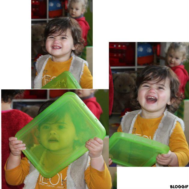 Misia s'amuse à regarder à travers le couvercle vert, puis  elle rit au éclat, et recommence !  trop choupinette !