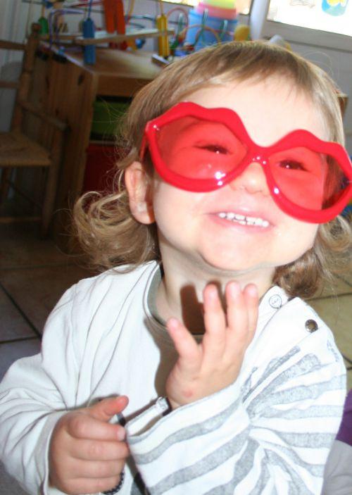 trop mignone avec les lunettes de clown !