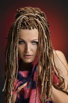 11969411-portrait-de-la-belle-fille-avec-des-tresses-africaines-sur-degrade-de-rouge.jpg