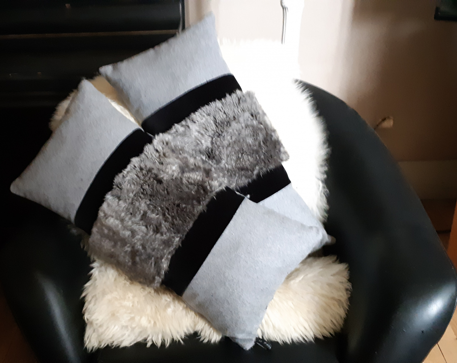 Coussin laine grise velours noir et fausse fourrure