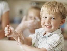 enfant qui se lave les mains.jpg